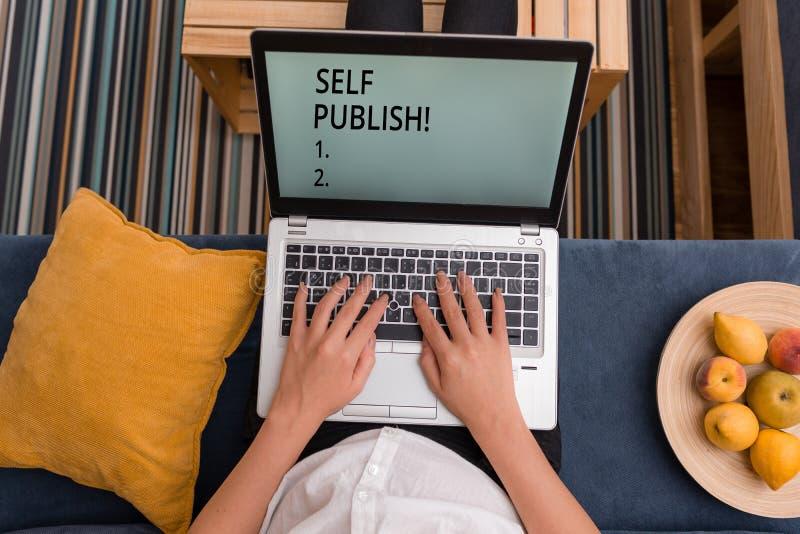 Handskrifttextsj?lven publicerar Begreppsbetydelsef?rfattaren att publicera stycket av en arbetar sj?lvst?ndigt p? egen kostnad arkivfoto
