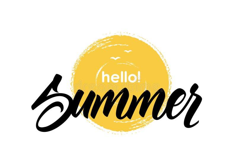 Handskriven bokstäver av den drog borsten för Hello sommar texturerade förestående solen vektor illustrationer