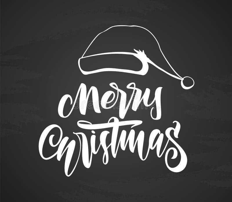 Handskriven modern borstebokstäver av glad jul med den hand drog hatten av Santa Claus på svart tavlabakgrund vektor illustrationer
