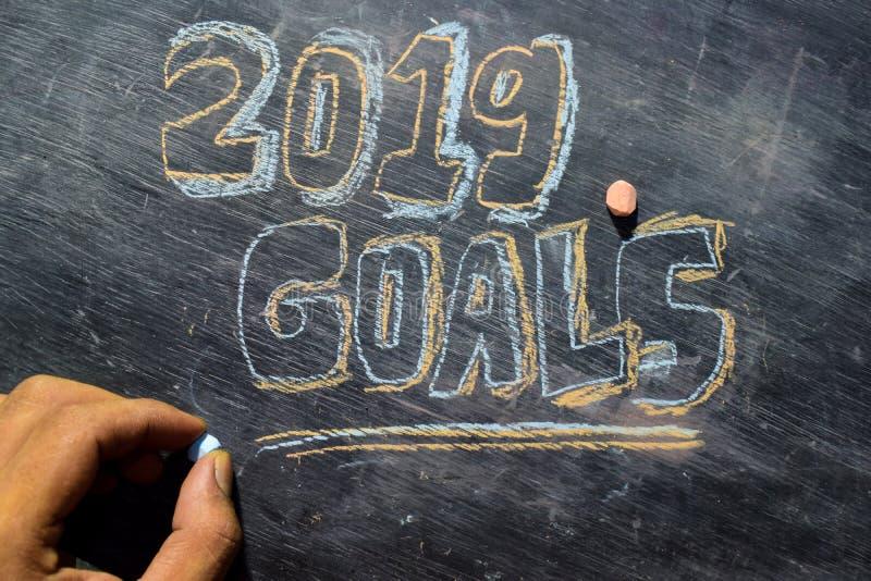 Handskriven text för 2019 mål med färgrik krita på svart tavlabakgrund arkivbilder