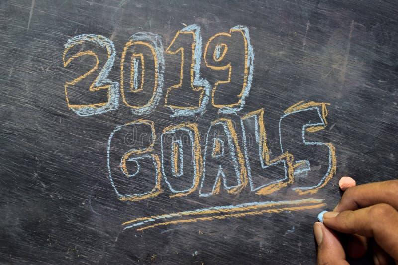 Handskriven text för 2019 mål med färgrik krita på svart tavlabakgrund royaltyfria foton