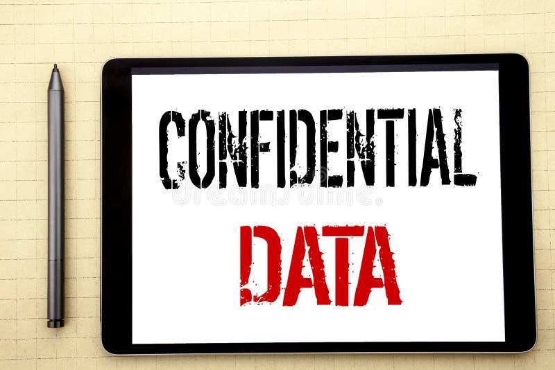 Handskriven text som visar förtroliga data Affärsidéhandstil för hemligt skydd som är skriftligt på minnestavladatorskärmen, whit royaltyfri fotografi