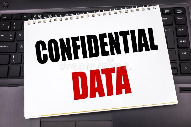 Handskriven text som visar förtroliga data Affärsidéhandstil för hemligt skydd som är skriftligt på notepadanmärkningspapper på b royaltyfri bild