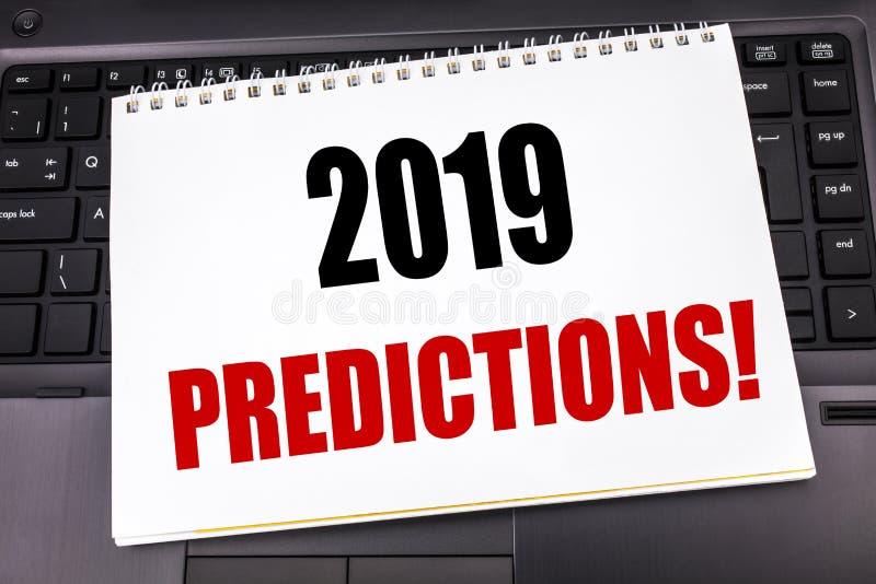 Handskriven text som visar 2019 förutsägelser Affärsidéhandstil för Predictive skriftligt för prognos på notepadanmärkningspapper royaltyfria foton