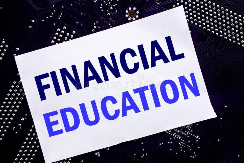 Handskriven text som visar finansiell utbildning Affärsidé för finanskunskap som är skriftlig på den klibbiga anmärkningen, huvud royaltyfria bilder