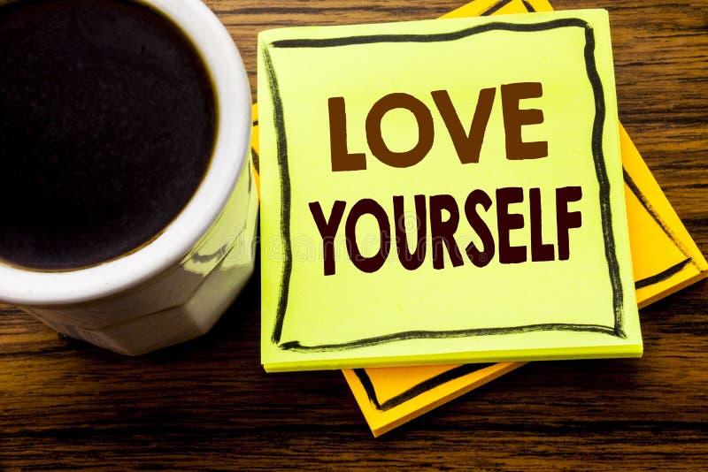 Handskriven textvisningförälskelse själv Affärsidé för den positiva slogan för dig som är skriftlig på klibbigt anmärkningspapper arkivbilder
