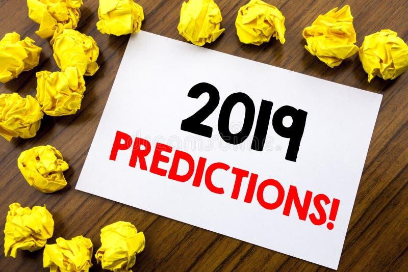 Handskrivna förutsägelser för textvisningord 2019 Affärsidéhandstil förutser Predictive skriftligt på klibbigt anmärkningspapper  arkivfoto