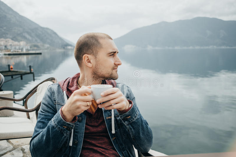 Handsom人由海,黑山喝在咖啡馆的咖啡 图库摄影