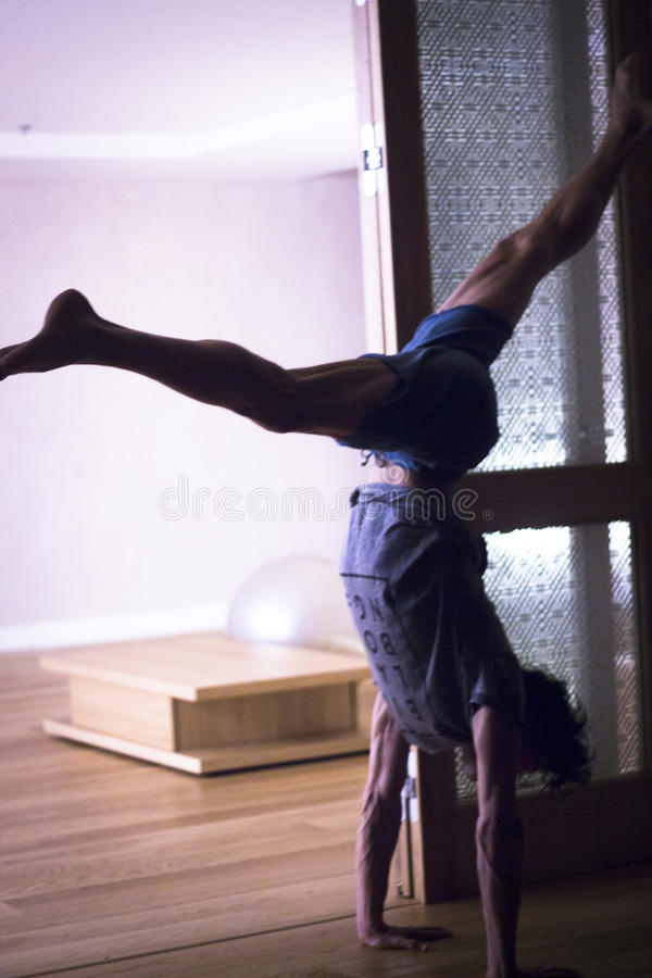 Handstand йоги человека стоковые фотографии rf