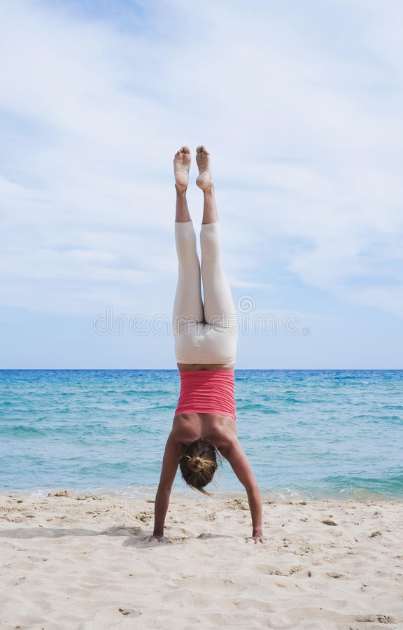 Handstand auf dem Strand stockbilder
