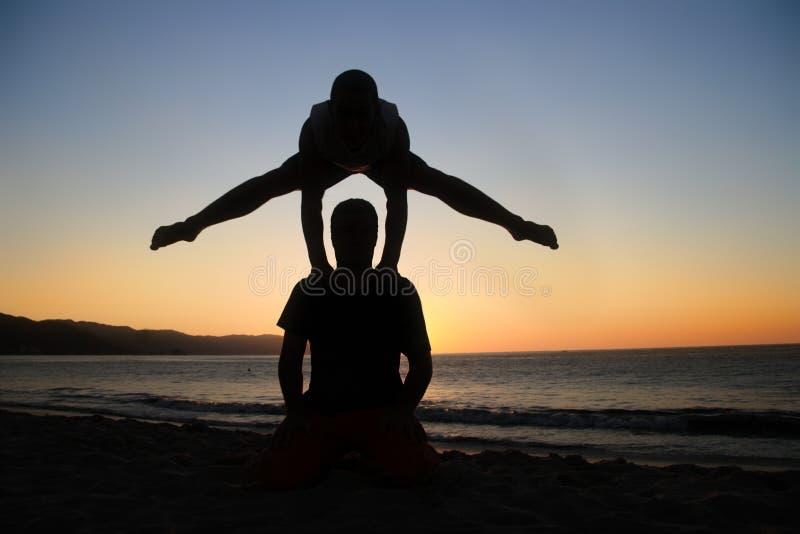 Handstand bij zonsondergang royalty-vrije stock foto's