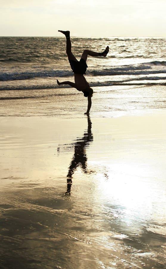 Handstand de la playa fotografía de archivo libre de regalías