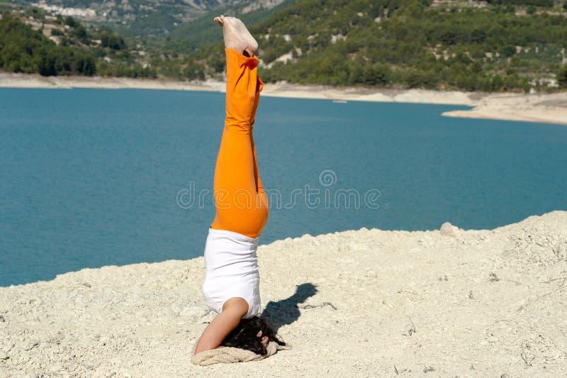 Handstand de la yoga imagen de archivo libre de regalías