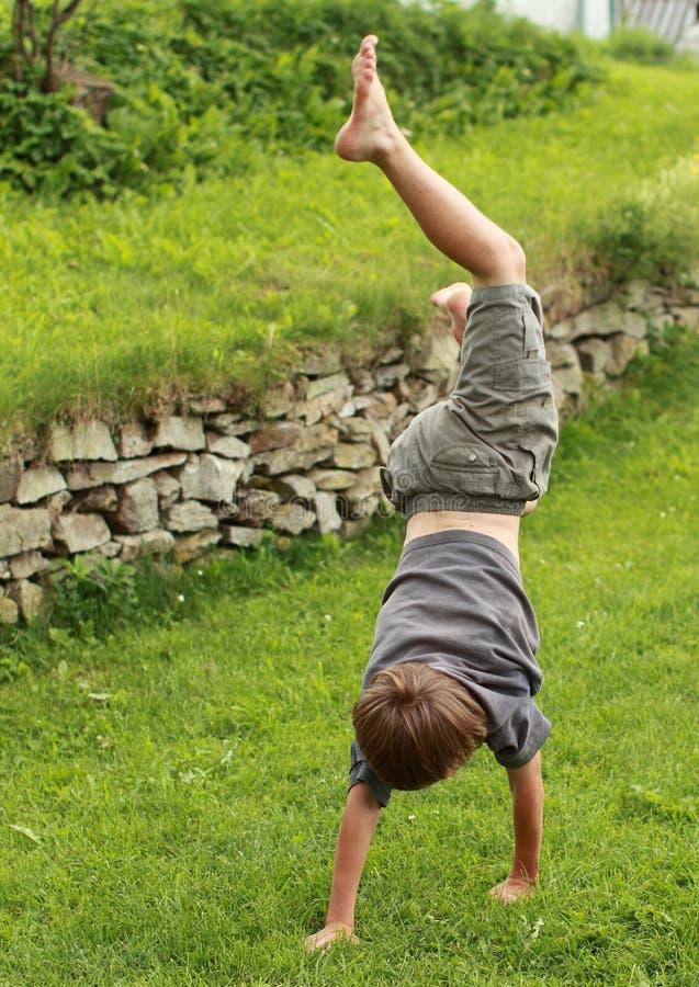 Handstand di addestramento del ragazzo fotografia stock