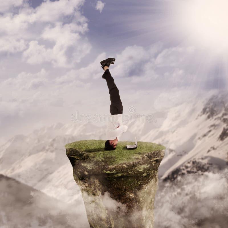 Handstand do homem de negócios com portátil por natureza foto de stock royalty free