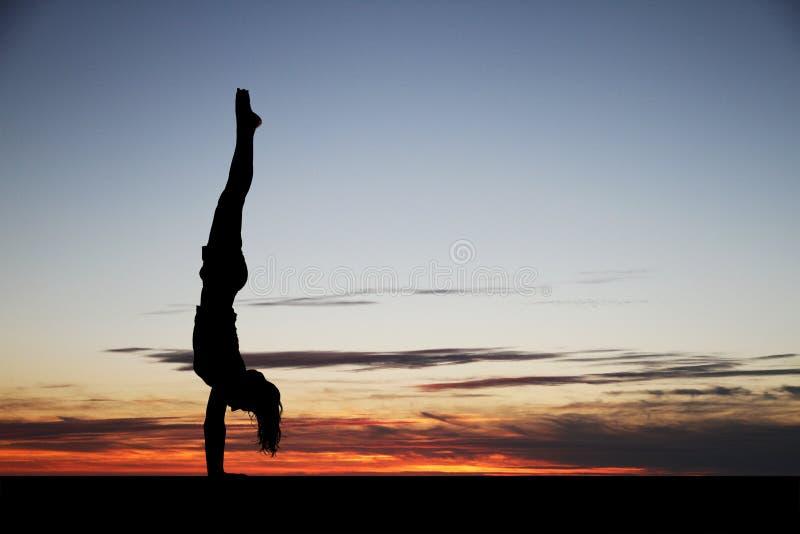 Handstand im Sonnenuntergang stockbild