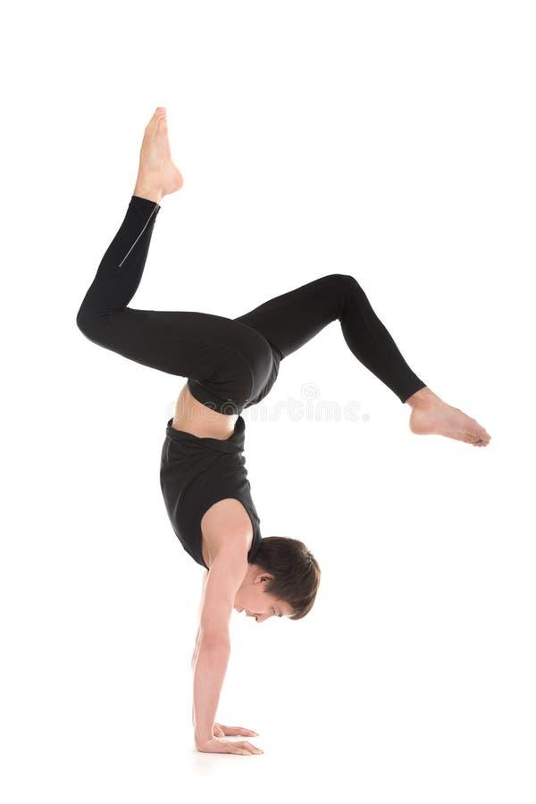 Handstand mit den verbogenen Beinen lizenzfreies stockfoto