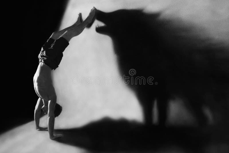 Handstand mit Wolfschattenbild stockfotos