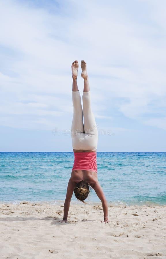 Handstand na plaży obrazy stock