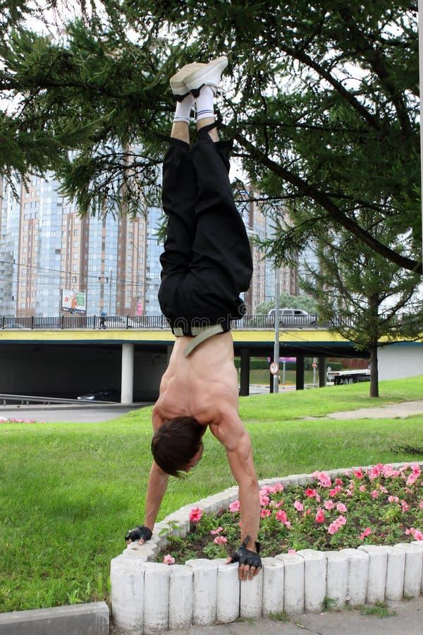 Handstand no parque da cidade foto de stock