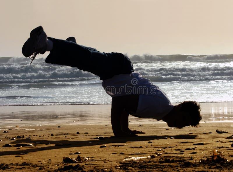 Handstand op het strand stock foto's
