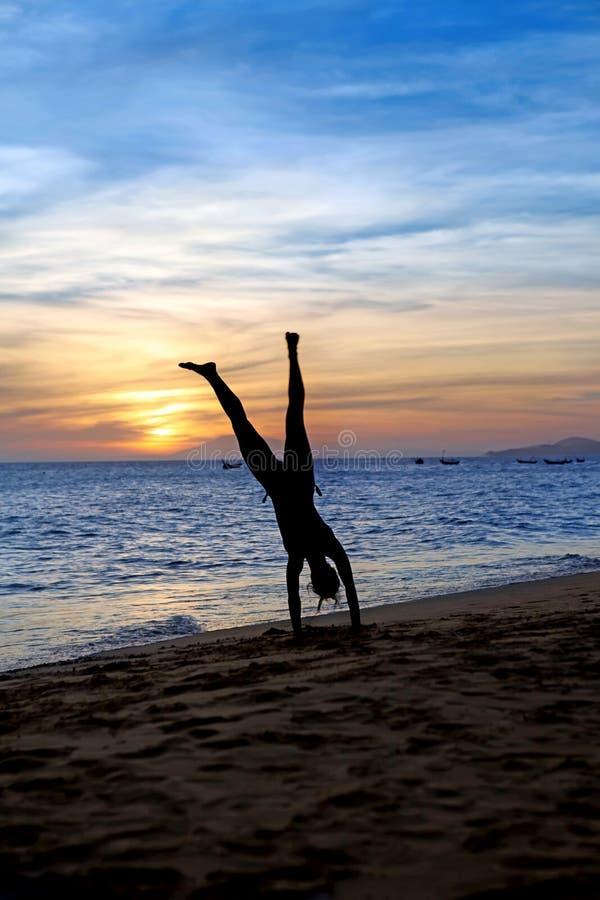 Handstand op het strand stock afbeeldingen