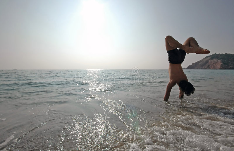 Handstand sulla spiaggia #2 fotografia stock libera da diritti