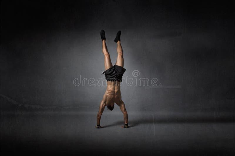 Handstanding voor de atletische mens royalty-vrije stock foto