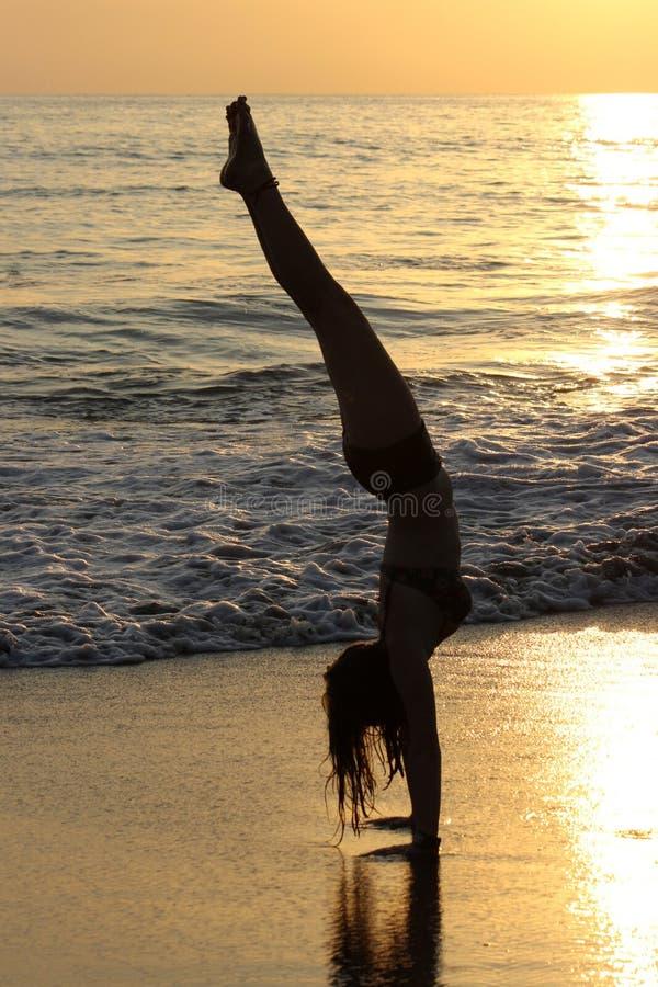 Handstands захода солнца стоковая фотография rf