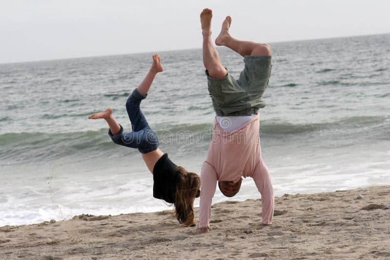Handstands dans le sable photos stock