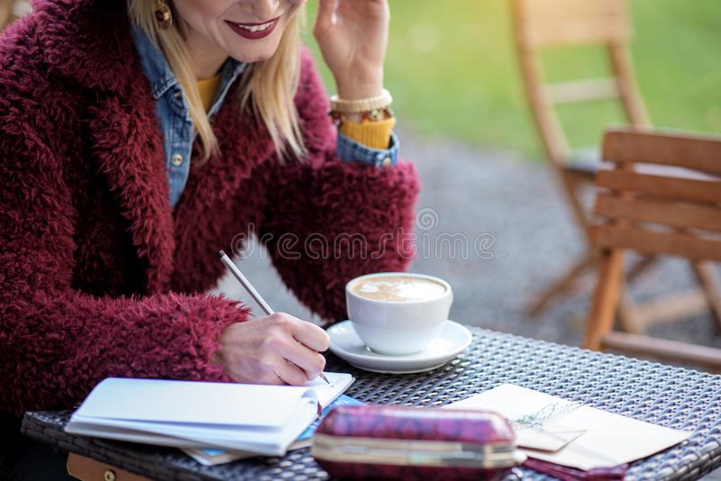 Handstil Dreamful för ung kvinna i dagbok arkivfoton