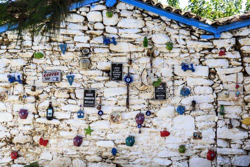 Handstilar om kaffe med `, var är kaffe, där är lycka `, och är ` där en tetimme? Är jag englishmanen? ` i turk royaltyfri fotografi