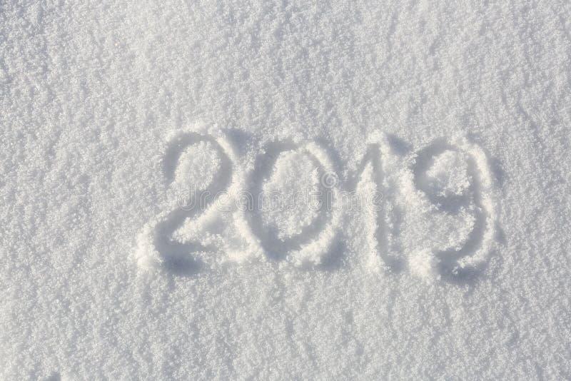2019 Handstilar på snön lyckligt nytt år Härlig kall solig vinterdag royaltyfri fotografi