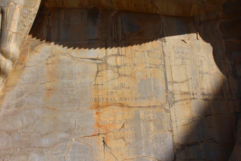Handstilar på väggarna av Persepolis gjorde vid forntida handelsresande arkivfoton