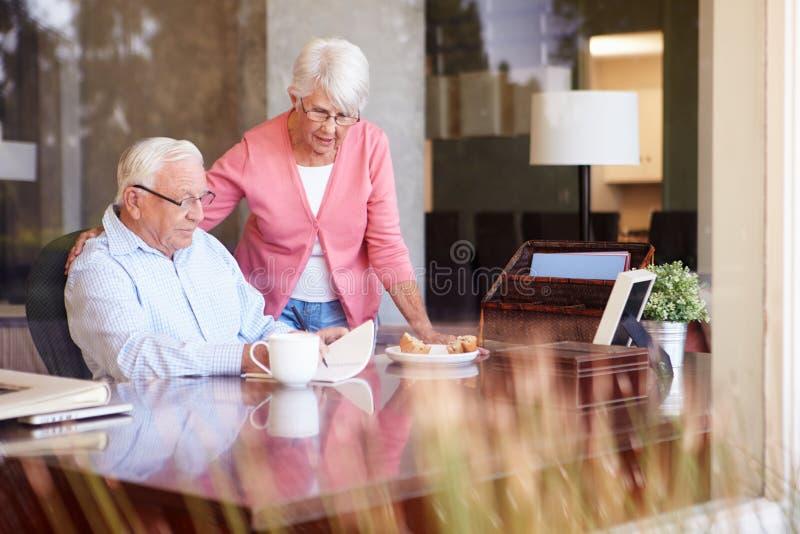 Handstilmemoarer för hög man i boksammanträde på skrivbordet fotografering för bildbyråer