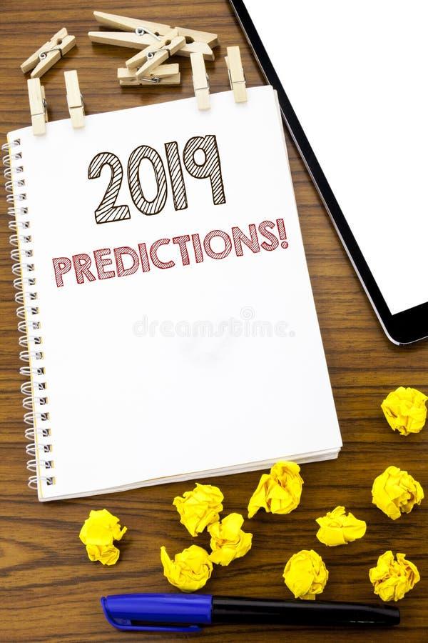 Handstiltext som visar 2019 förutsägelser Affärsidé för Predictive skriftligt för prognos på anmärkningspapper med vikt tänka för royaltyfria bilder