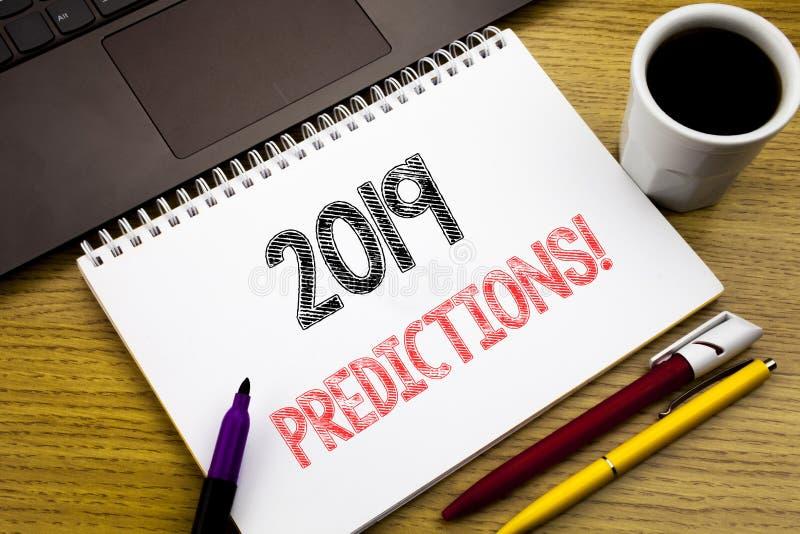 Handstiltext som visar 2019 förutsägelser Affärsidé för Predictive skriftligt för prognos på anteckningsbokboken på träbakgrunden royaltyfri fotografi