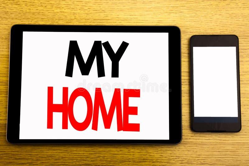 Handstiltext som visar mitt hem Affärsidé för husgodsförälskelse som är skriftlig på minnestavlabärbara datorn, träbakgrund med d royaltyfri foto