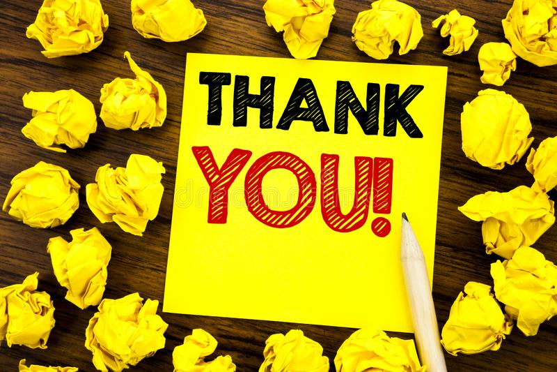 Handstiltextvisningen tackar dig Affärsidé för tackmeddelandet som är skriftligt på klibbigt anmärkningspapper, träbakgrund med v royaltyfri fotografi