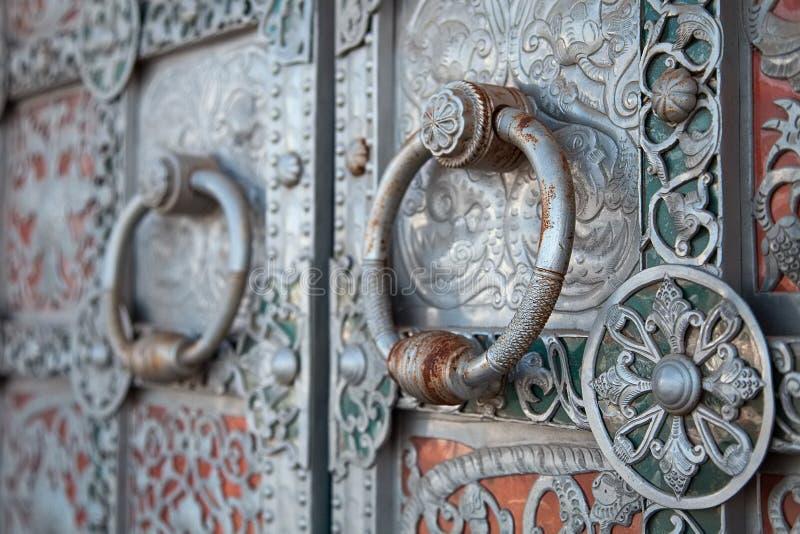 Handtag på den forntida bearbetade porten royaltyfri bild