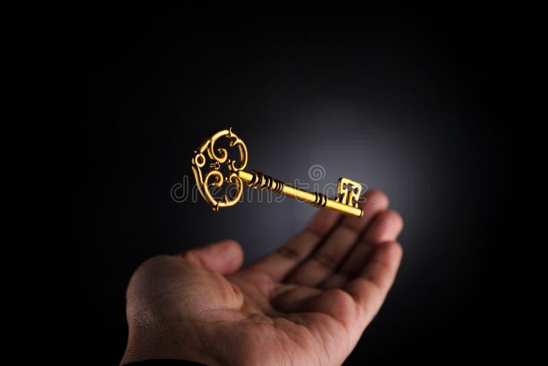 Handtagning av ett gyllene affärsmöjlighetskoncept royaltyfri fotografi