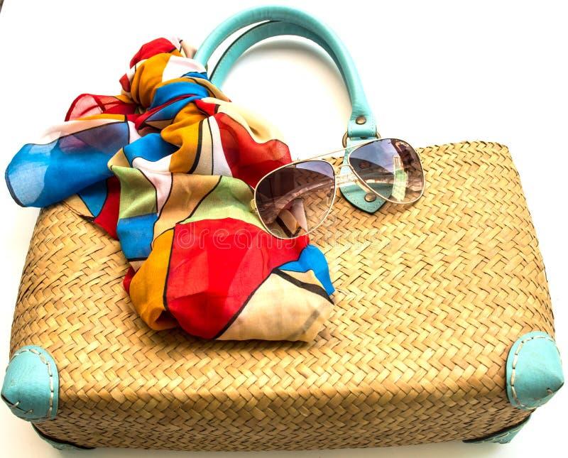 Handtas, sjaal en zonnebril op witte achtergrond stock afbeeldingen