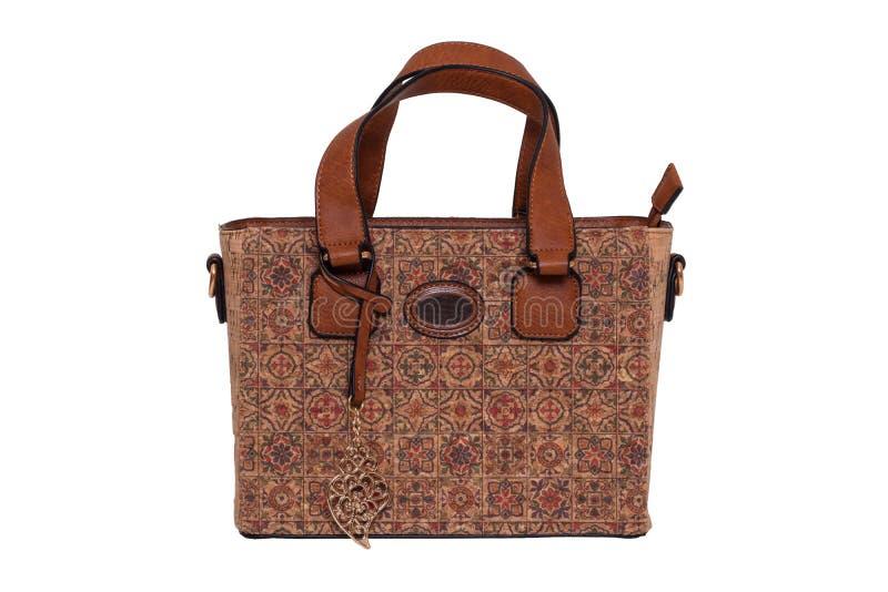 Handtasche lokalisiert Moderne braune weibliche Luxusfrauentasche machte vom Eichenkorken, der auf einem weißen Hintergrund lokal stockbilder