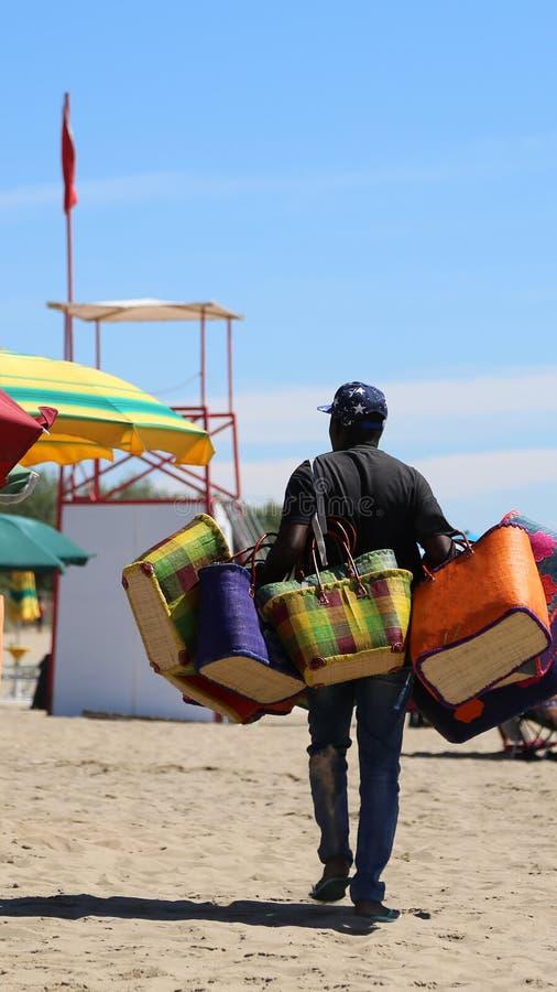 handtasverkoper in het strand van de toeristentoevlucht royalty-vrije stock foto