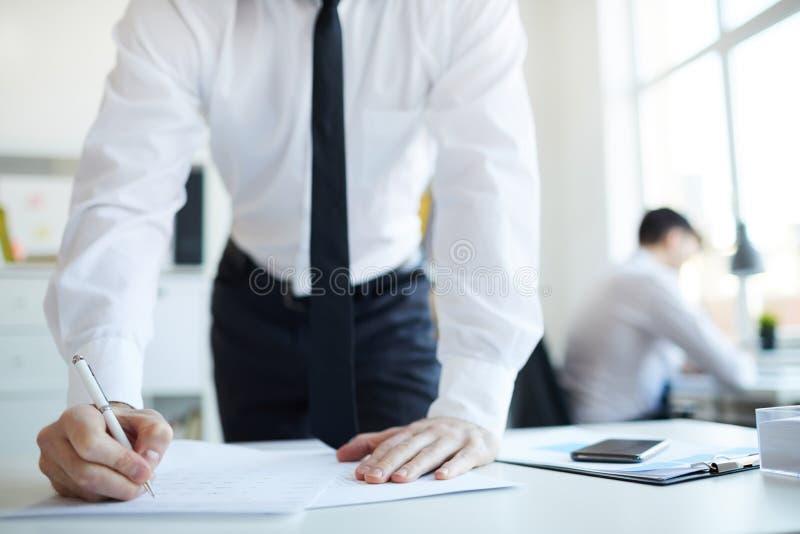 Handtekening in contract stock fotografie