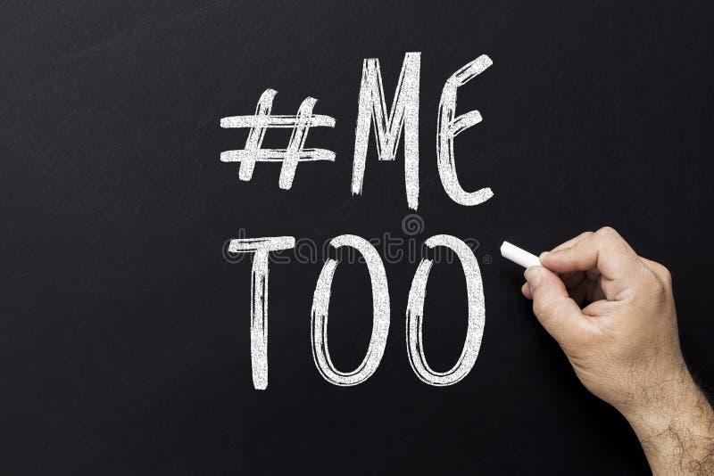 Handtekening me ook hashtag op bord Symbool van seksuele intimidatie tegen vrouwen stock afbeelding