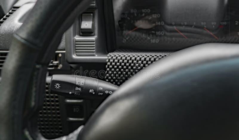 Handtoestel veranderende stok op een auto van het auto` s stuurwiel, dashboard, binnenlands ontwerp, stock foto's
