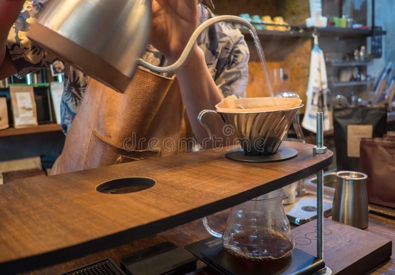 Handtropfenfängerkaffee Strömendes Wasser Barista lizenzfreie stockfotos