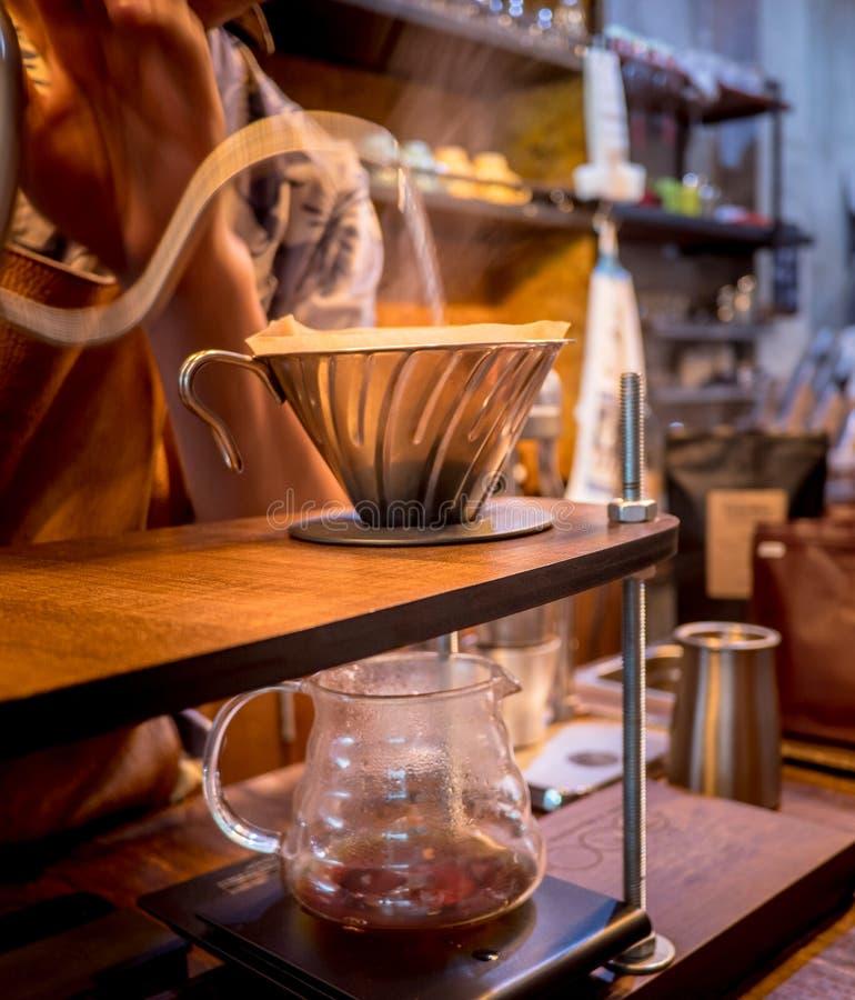Handtropfenfängerkaffee Strömendes Wasser Barista lizenzfreie stockfotografie