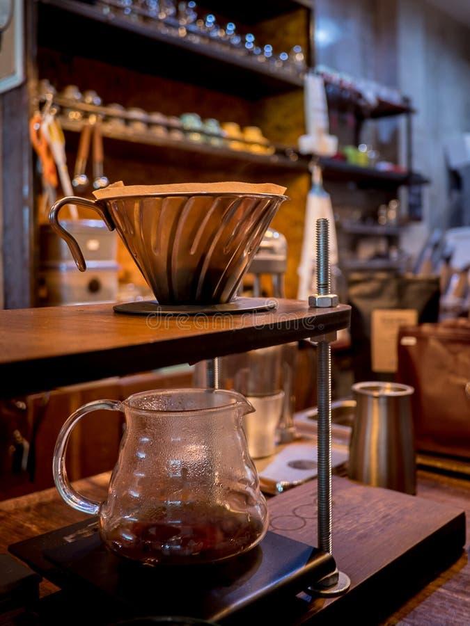 Handtropfenfängerkaffee Strömendes Wasser Barista lizenzfreies stockfoto